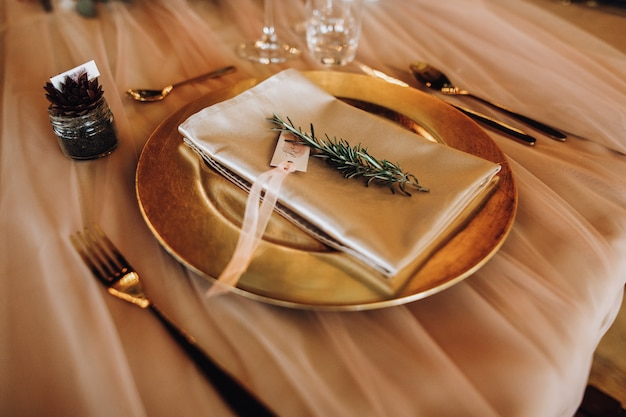 Zo'n goed servies op de tafel in gouden tinten