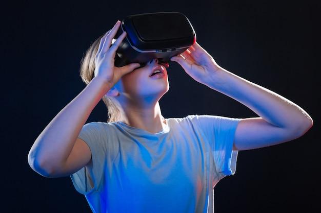 Zo realistisch. aangename opgewonden vrouw met 3d-bril tijdens het ervaren van virtual reality