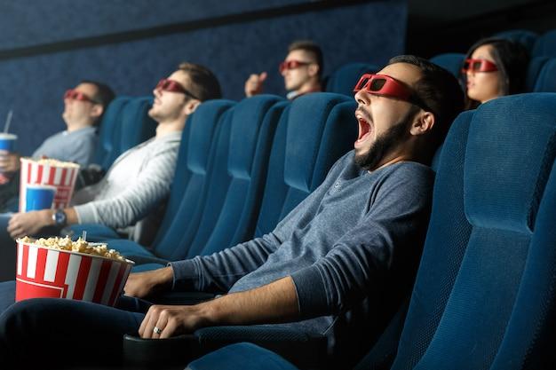 Zo realistisch. jonge man schreeuwen als hij kijkt naar film in zijn 3d-bril in de bioscoop