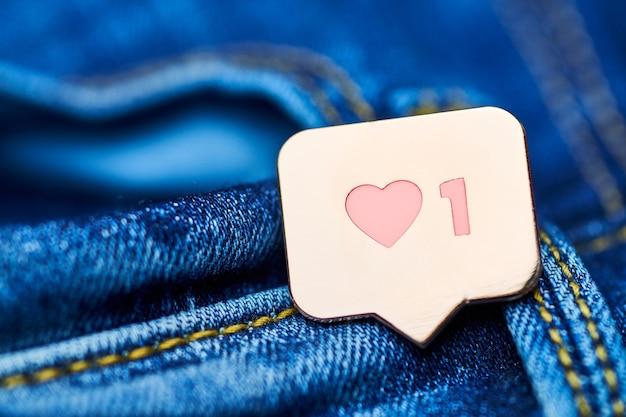 Zoals een hartsymbool op jeans