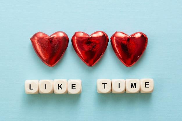 Zoals tijdwoorden, gemaakt van houten letters met rood hart