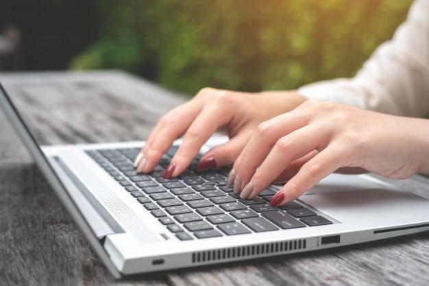Zoeken en bladeren concept. vrouw met behulp van laptop om informatie op internet te zoeken.