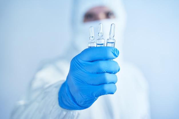 Zoeken en testen van serum tegen het virus covid-19. wereldwijde wereldwijde pandemie van coronovirus.