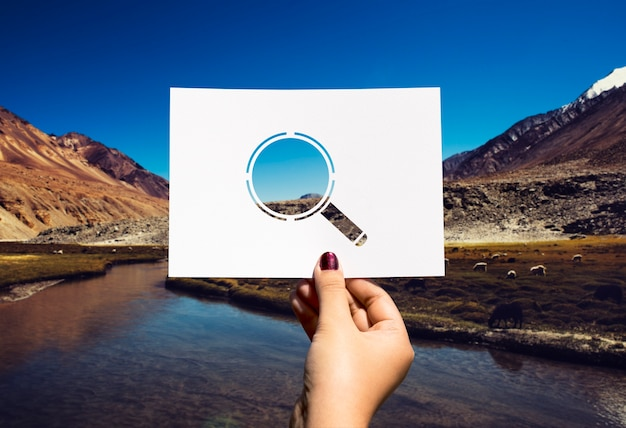 Zoeken op ontdekking geperforeerd papier vergrootglas