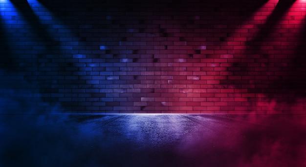 Zoeklicht op neon bakstenen muur met rook