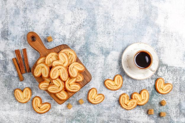 Zoet bladerdeeg, zelfgemaakte palmachtige koekjes.