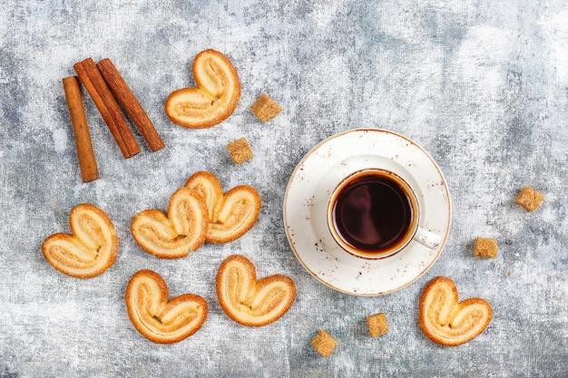 Zoet bladerdeeg, zelfgemaakte palmachtige koekjes. Premium Foto