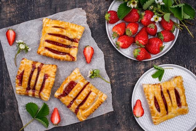 Zoet bladerdeegcakes met aardbei