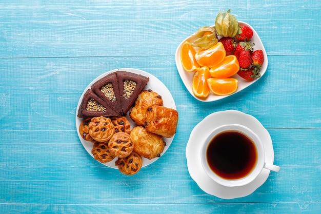 Zoet bord met diverse zoetigheden.