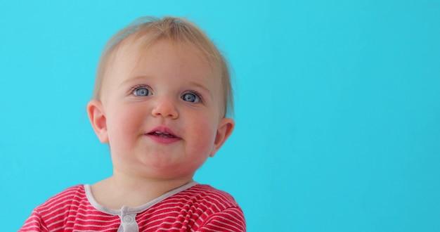 Zoet de close-upportret van het babymeisje van geïsoleerd kind