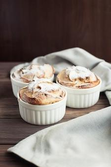 Zoet dessert gemaakt van appels gebakken in gebak. charlotte.