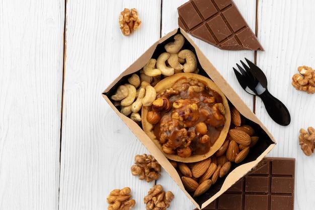 Zoet dessert met chocolade en noten close-up