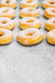 Zoet dessert met veel donut