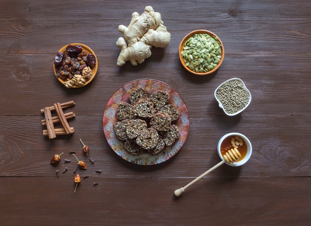 Zoet dessert van hennepzaden. ingrediënten voor het maken van superfood-broodjes op een houten bruine tafel.