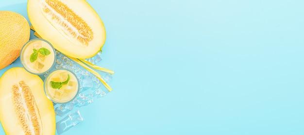 Zoet en koud sap van meloen in glazen tegen de achtergrond van gesneden meloen