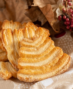 Zoet en licht bladerdeeg met honing in de kersttijd