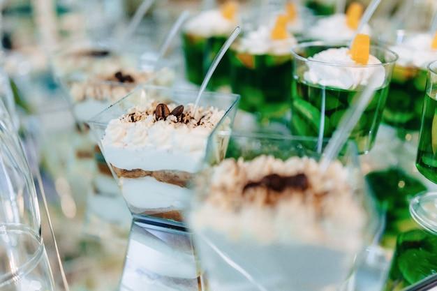 Zoet feestbuffet, fruit, petten, macaroni en heel veel zoetigheden
