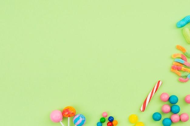 Zoet gearomatiseerd snoep verspreid op tafel