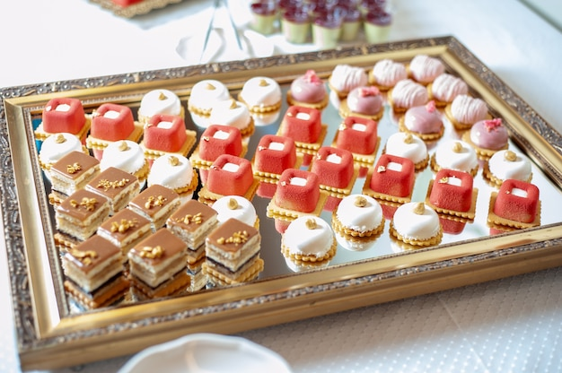 Zoet gebak bij een bruiloftsbuffet catering