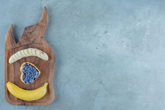 Zoet gebak in hartvorm met banaan.