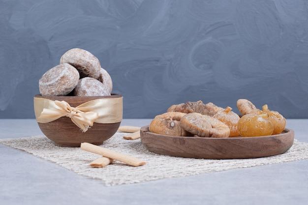 Zoet gebak met gedroogde vruchten op houten plaat.