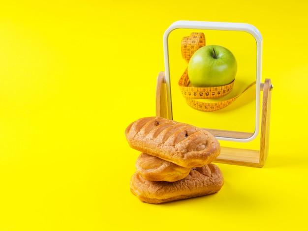 Zoet gebak met slanke appel weerspiegeld in de spiegel