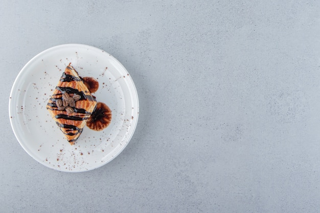 Zoet gebak versierd met chocolade op een witte plaat geplaatst. hoge kwaliteit foto