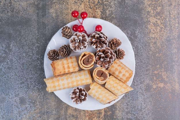 Zoet gebakje met pinecones op witte plaat