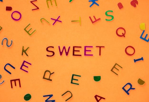 Zoet gespeld woord met alfabettenachtergrond