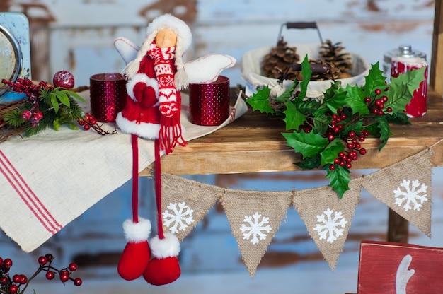 Zoet huis. wit kerstmisdecor op uitstekende natuurlijke houten