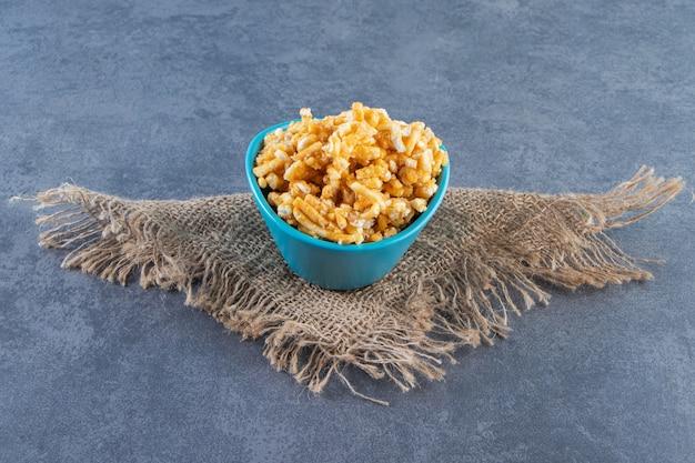 Zoet karamelsuikergoed in een kom op textuur, op het marmeren oppervlak