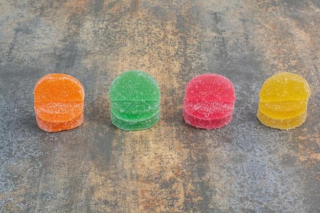 Zoet kleurrijk geleisuikergoed op marmeren achtergrond