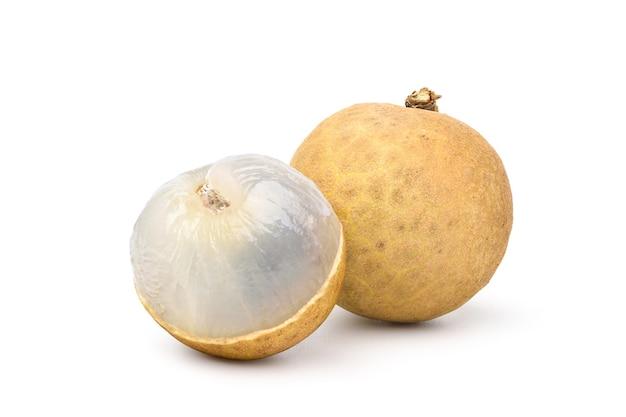 Zoet longanfruit dat op witte achtergrond wordt geïsoleerd. uitknippad.