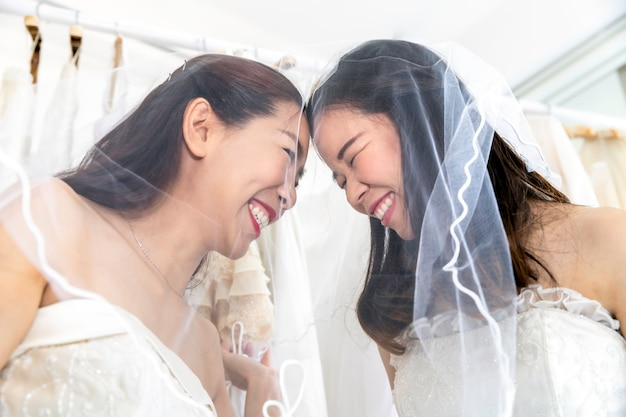 Zoet moment van liefde. portret van aziatisch homoseksueel paar in bruidjurk. concept lgbt-lesbienne.