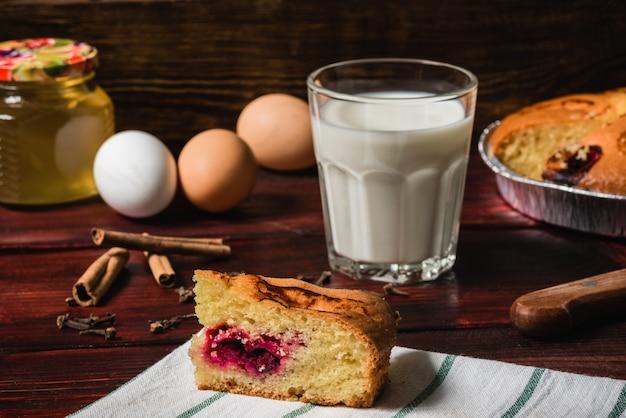 Zoet ontbijt met kersen cake en glas melk
