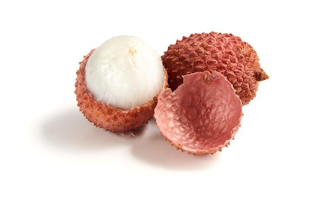 Zoet rijp litchifruit met vers geïsoleerd vruchtvlees. close-up bekijken.