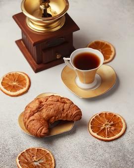 Zoet voor thee of koffie. verse croissant.