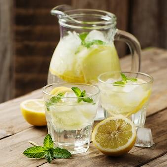 Zoet water met citroen, munt en komkommer