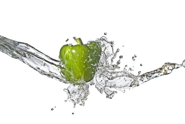Zoet water splash op groene paprika geïsoleerd op wit