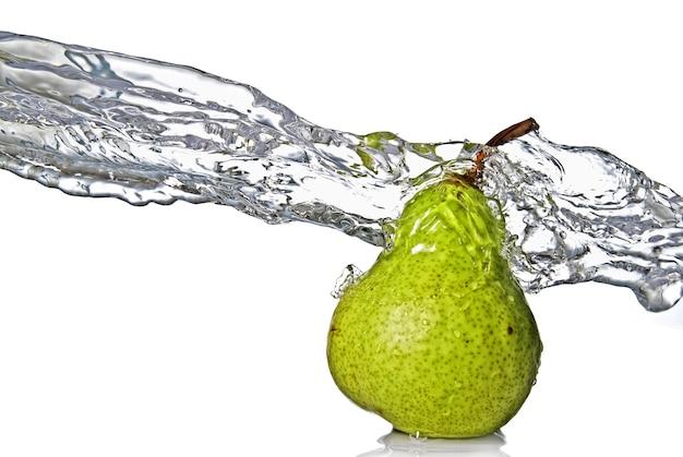 Zoet water splash op groene peer geïsoleerd op wit