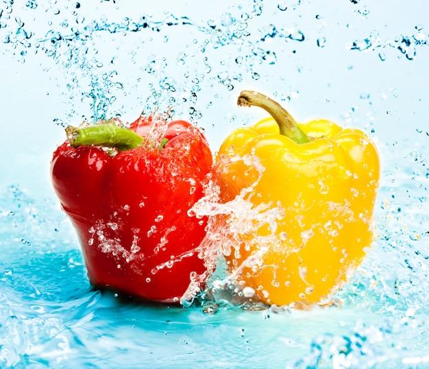 Zoet water splash op paprika