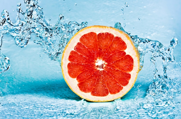 Zoet water splash op rode grapefruit