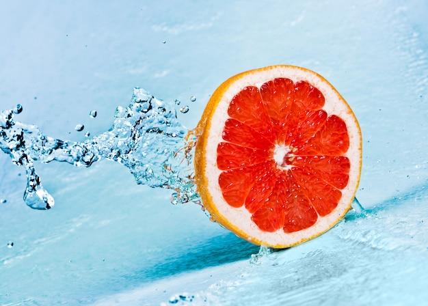 Zoet water splash op rode grapefruit