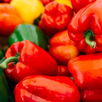Zoet waterdruppeltjes op rode groene paprika