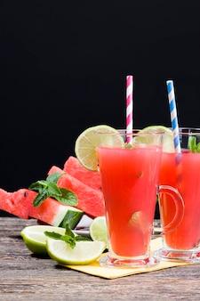 Zoet watermeloensap van watermeloenen en stukjes limoen