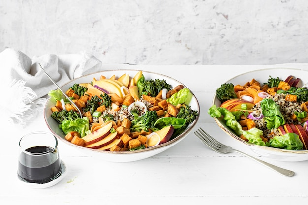Zoete aardappel buddha bowl op tafel