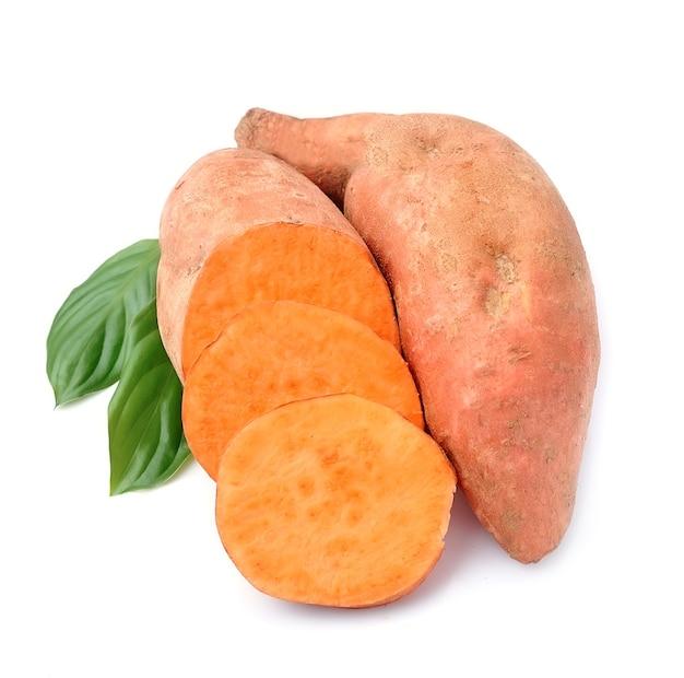 Zoete aardappel die op wit wordt geïsoleerd