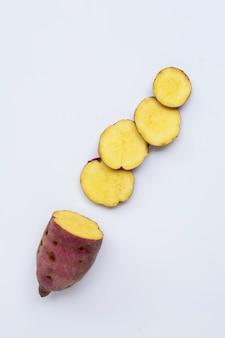 Zoete aardappel op witte muur. bovenaanzicht