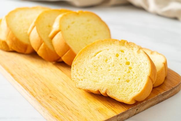 Zoete aardappelen brood gesneden op een houten bord