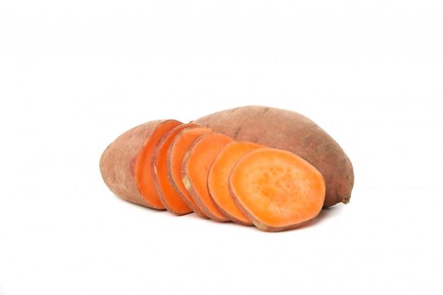 Zoete aardappelen en segmenten geïsoleerd op een witte ondergrond